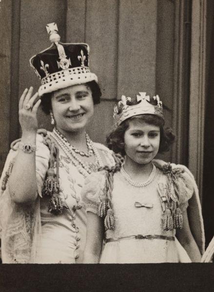 Эдуард VIII отрекся от престола спустя одиннадцать месяцев после смерти Георга V в 1936 году. Королём стал принц Альберт (Георг VI), а 10-летняя Елизавета стала наследницей трона и переехала с родителями из Кенсингтона в Букингемский дворец. На фото: королева-мать и принцесса Елизавета на балконе Букингемского дворца в день коронации Георга VI, 12 мая 1937 года.