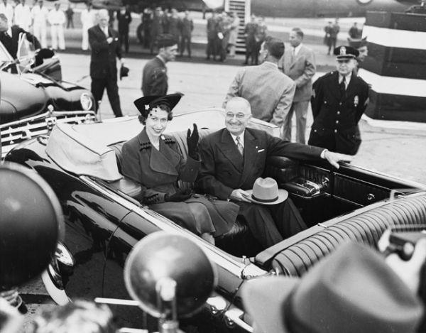 1951 год. Принцесса Елизавета и президент США Гарри Трумэн в Национальном аэропорту Вашингтона.