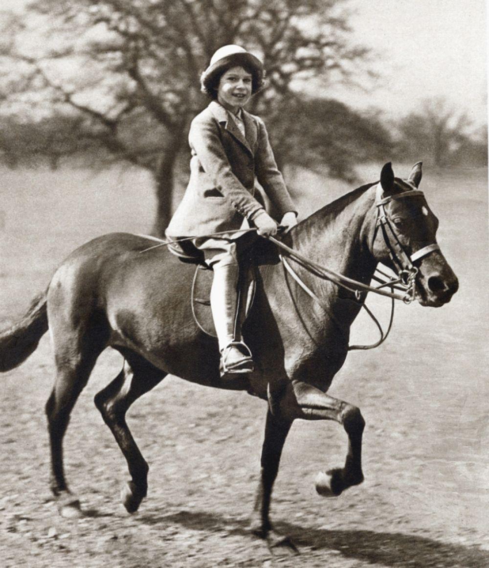 С юных лет Елизавета занималась верховой ездой. Этому увлечению она верна многие десятилетия.