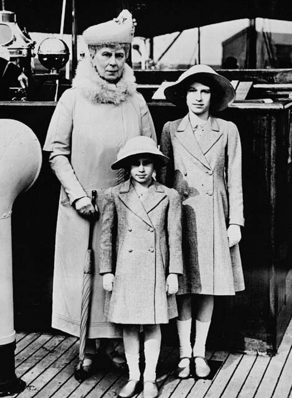 1939 год. Королева Мэри с внучками, принцессой Елизаветой и принцессой Маргарет.