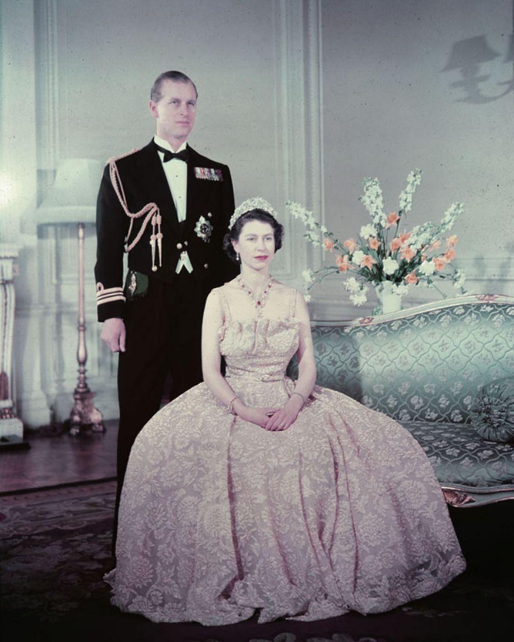 В том же году 21-летняя Елизавета вышла замуж за 26-летнего Филиппа Маунтбеттена — офицера британского флота, члена греческой и датской королевских семей и праправнука королевы Виктории.