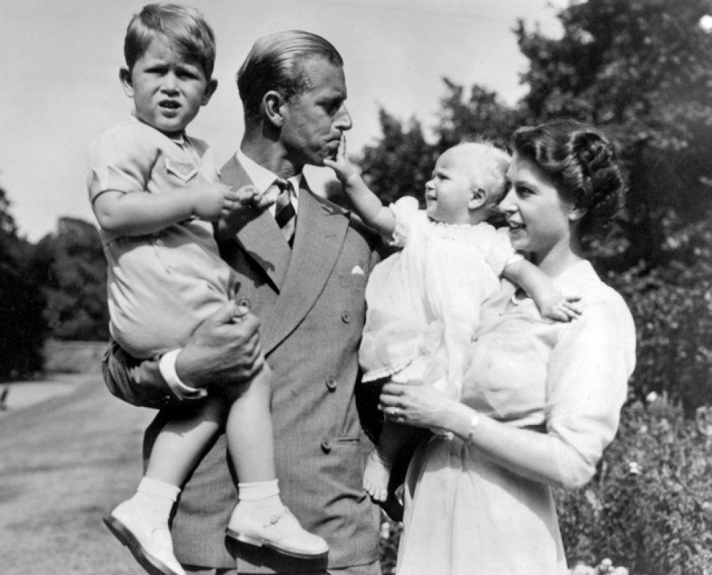 1951 год. Принцесса Елизавета, принц Филипп и их дети: принц Чарльз и принцесса Анна.