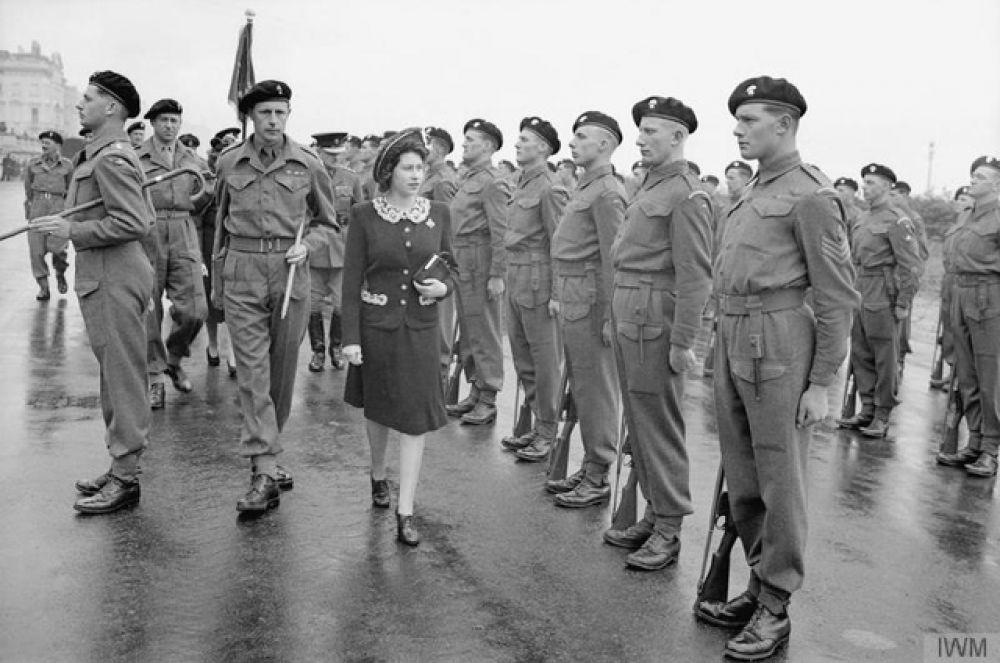 В 1943 состоялось первое самостоятельное появление Елизаветы на публике — визит в полк гвардейских гренадеров.