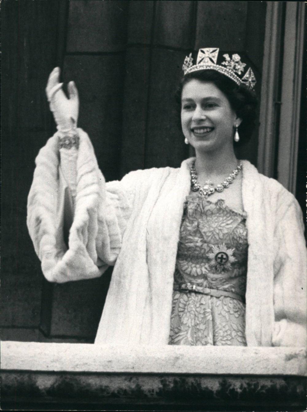 Король Георг VI умер 6 февраля 1952 года. Елизавета, в то время находившаяся вместе с мужем на отдыхе в Кении, была провозглашена королевой Великобритании.