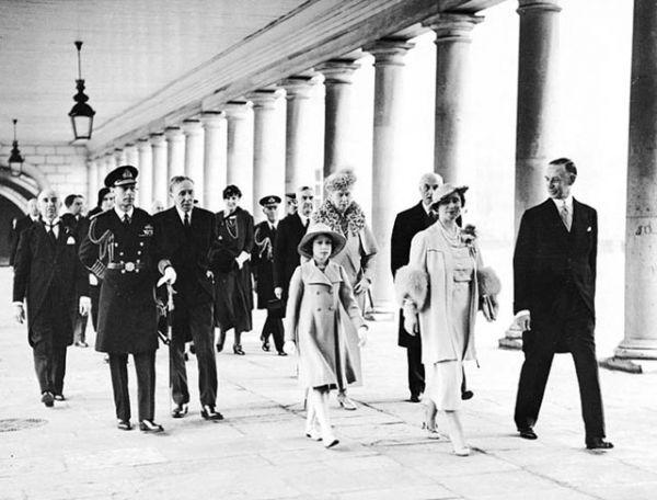 1937 год. Королевская семья на открытии Национального морского музея.