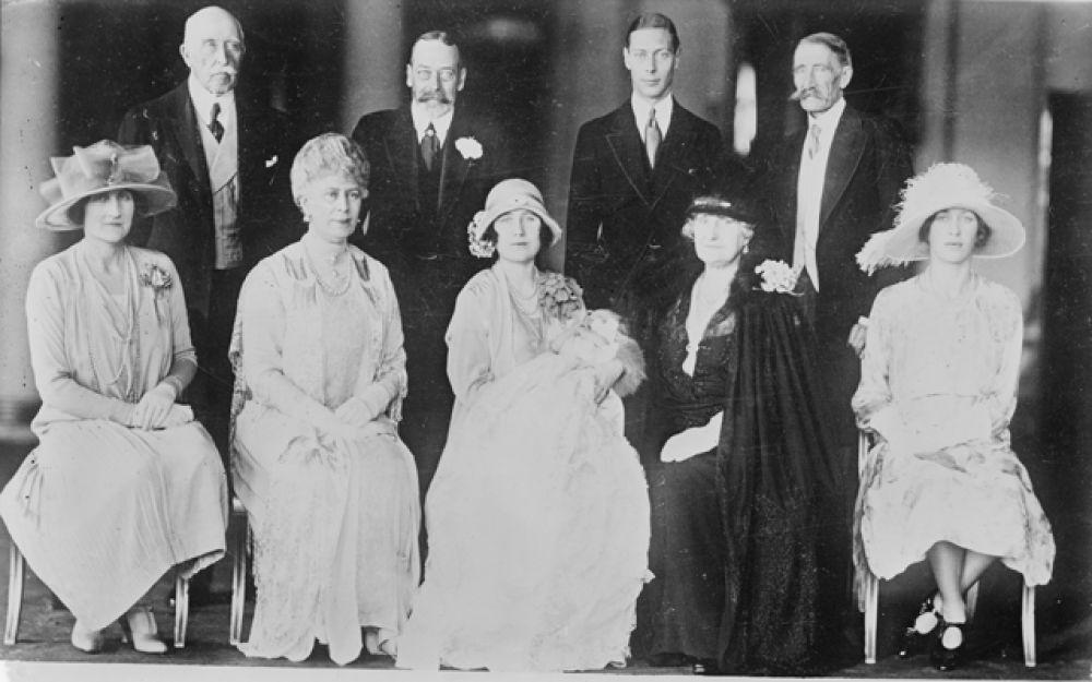Принцесса Елизавета родилась 21 апреля 1926 года в лондонском районе Мейфэр в резиденции графа Стратмор на Брютон-стрит, дом № 17. На фото: семейный портрет новорожденной с родителями, бабушками, дедушками и крестными.