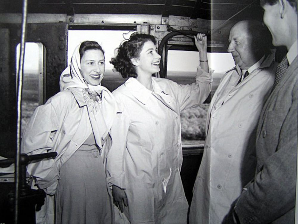 В 1947 году Елизавета сопровождала родителей в поездке по Южной Африке и в день своего 21-летия выступила по радио с торжественным обещанием посвятить свою жизнь службе Британской империи.