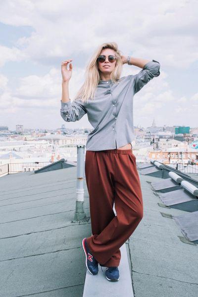 Более уличный стиль с широкими штанами ей тоже очень идет