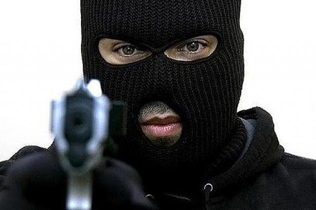 Мужчина требовал денег, угрожая пистолетом.