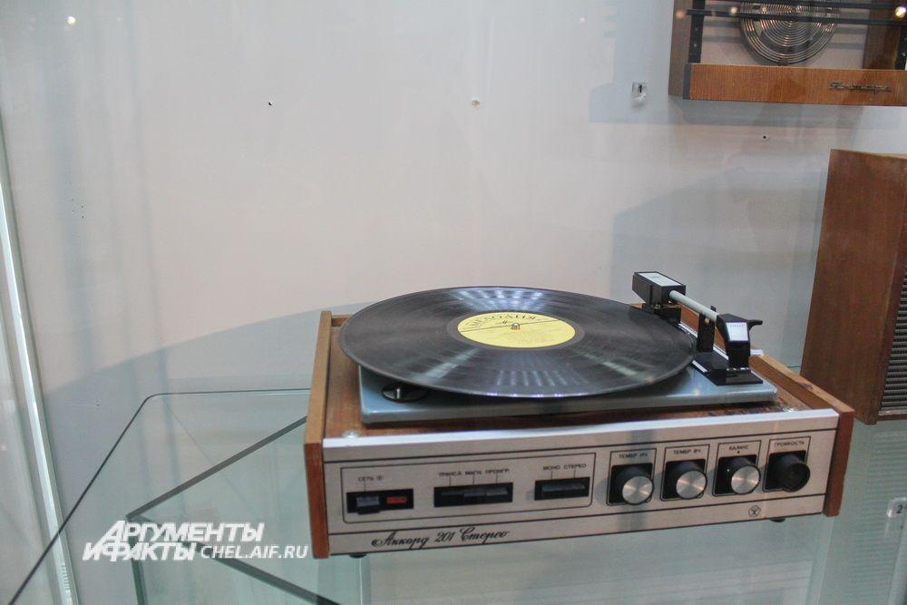 Электрофон сетевой транзисторный «Аккорд-201-стерео», выпускался с 1973 года, с 1976 года его производство наладил Челябинский радиозавод «Полёт».