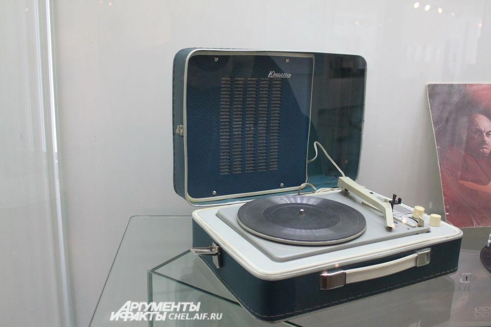 Электромагнитофон «Юность», выпускался Ленинградским объединением «Спутник» с 1967 года, предназначен для проигрывания грампластинок любых форматов на скоростях 33, 45 и 78 об/мин.