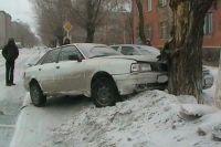 В Новотроицке после столкновения с ВАЗом автомобиль Audi врезался в дерево