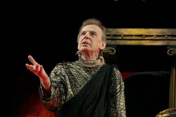 Георгий Тараторкин в спектакле «Римская комедия (Дион)» в постановке Павла Хомского в театре Моссовета, 2014 г.