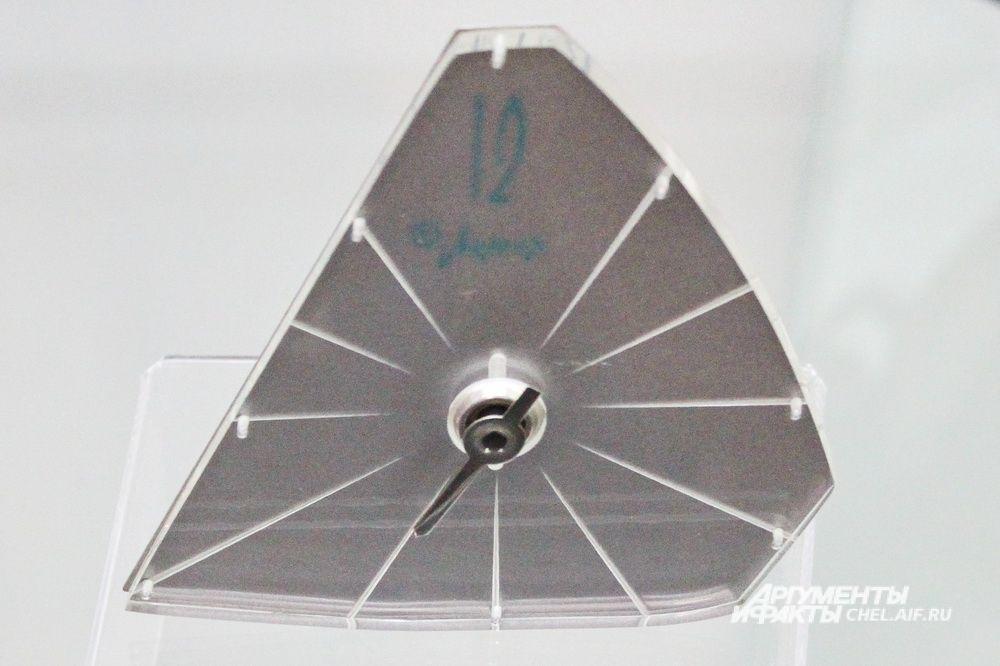 Часы настольные механические «Молния», Челябинский часовой завод «Молния», 1960-е.