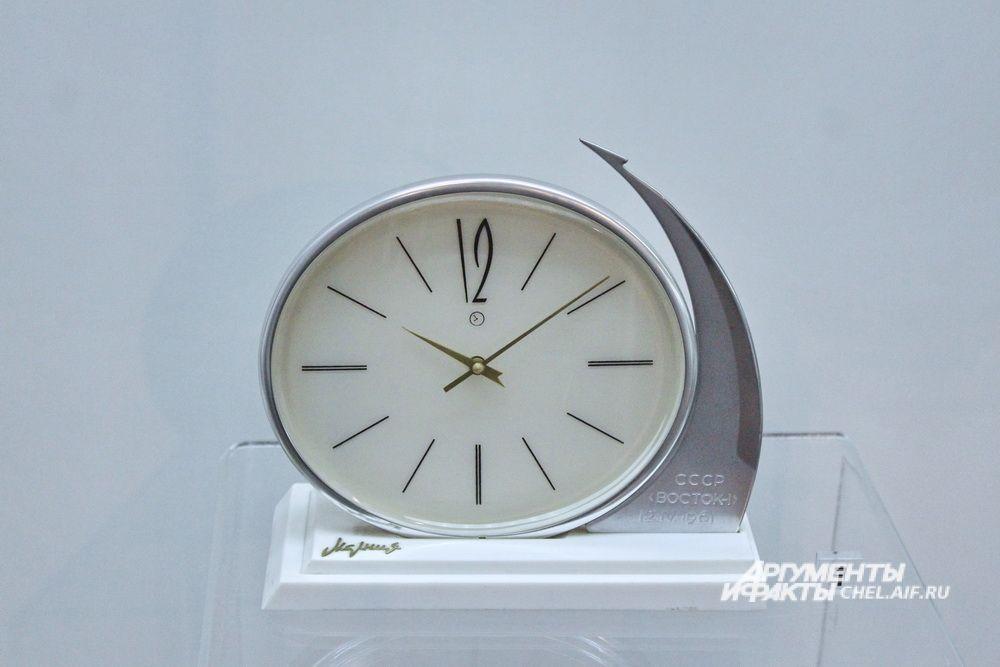 Часы настольные механические «Молния», Челябинский часовой завод «Молния», 1960-е, экспортная модель.