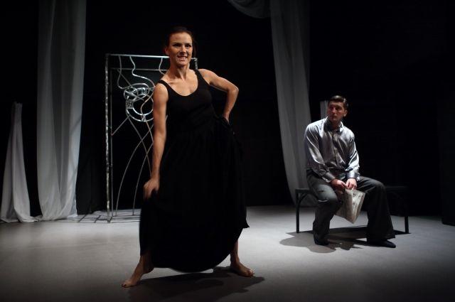 На сцене всего два актёра, но играют они так, что спектакль держит в напряжении весь зал.