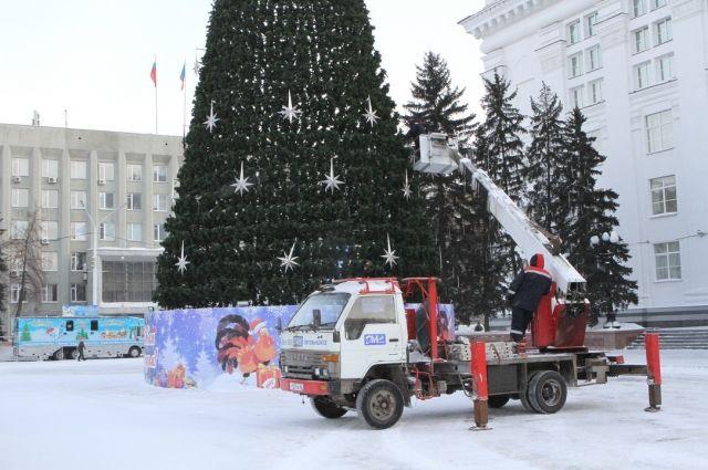 6 февраля текущего года начался демонтаж главной новогодней ели на площади Советов в Кемерове.