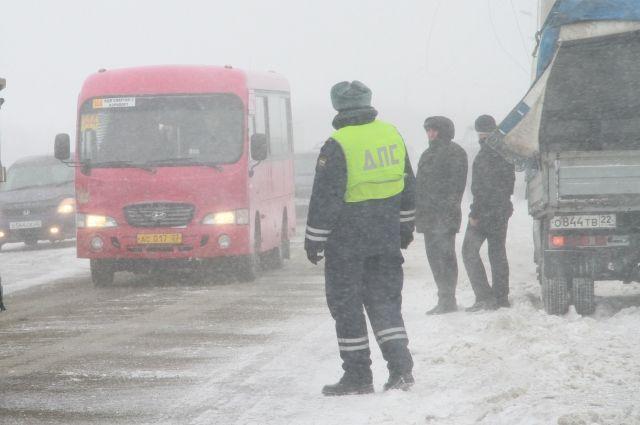 Натрассе награнице сЧелябинской областью ограничили движение из-за снегопада