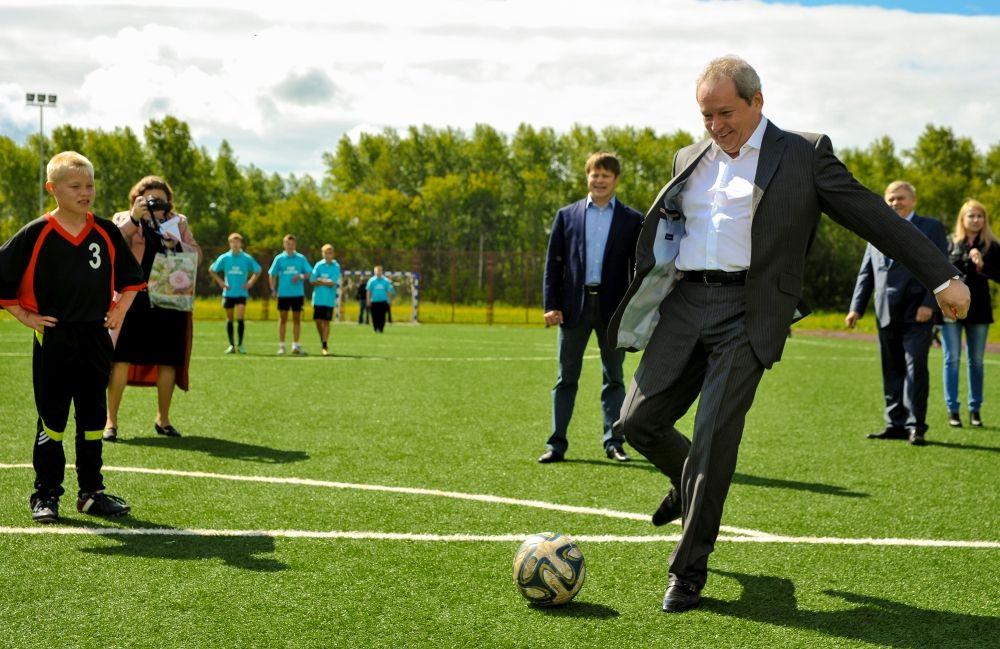 Губернатор старался лично проверять новые спортивные объекты, а иногда мог даже поиграть в футбол.