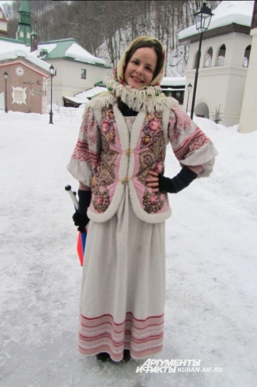 Русская красавица встречала гостей фестиваля у входа в этнопарк.