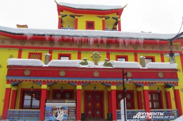 Бурятский дом - пожалуй, самое экзотическое здание в этнопарке, в нем участники фестиваля давали индивидуальные концерты.