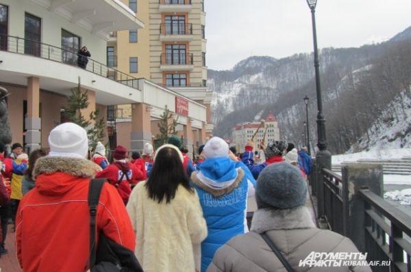Оба коллектива собрали большую толпу зрителей, шоу снимали на мобильные телефоны, некоторые ради этого вышли на балконы.