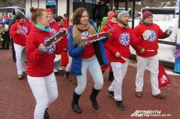 Одновременно в музыкальном параде участвовали ребята из московской барабанной школы «Samba real».