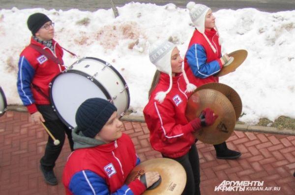 Музыканты прошли по центральным улицам горнолыжного курорта на Красной Поляне, и все эти несколько километров играли, не переставая.
