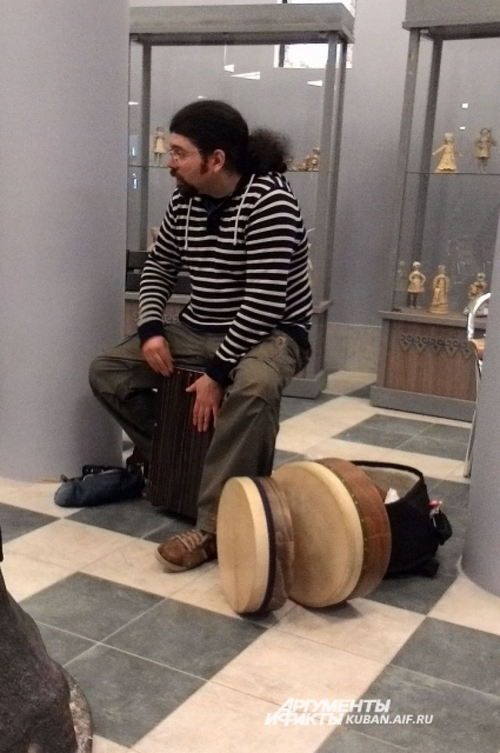 Мастер-класс Алексея Байрамова. То, на чем он сидит, - не табуретка, а очень популярный сегодня музыкальный инструмент кахон.
