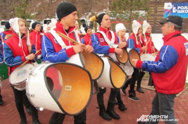 Открыл музыкальный фестиваль детский оркестр духовых и ударных инструментов «Юнга» из Новороссийска.