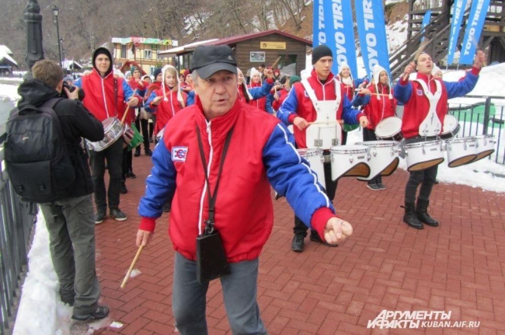 Главный человек в музыкальном шествии - дирижер. Худрук «Юнги» во время парада и сам приплясывал, и ребят подбадривал.