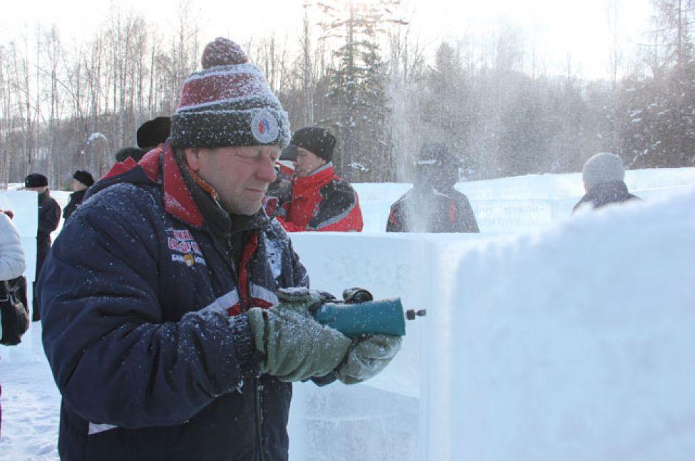 Надписи вырезают во льду буром, а затем затирают снегом.