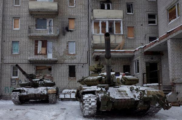 Танки среди жилых зданий Авдеевки.