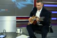 Виталий Кличко сыграл на гитаре в студии телеканала NewsOne во время прямого эфира