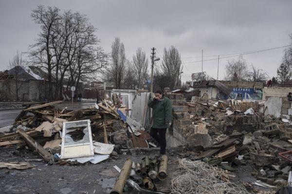 Женщина у разрушенного здания в районе автостанции «Мотель» в Донецке.