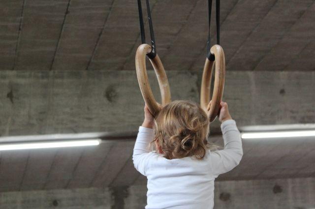 Заниматься гимнастикой нужно с малых лет.