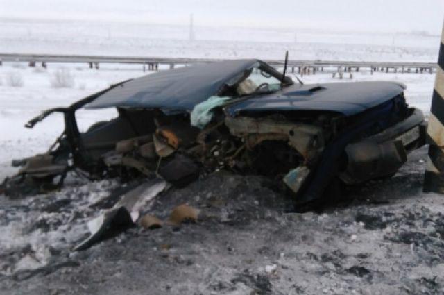 Джип с нетрезвым водителем разорвало остолб: двое погибли