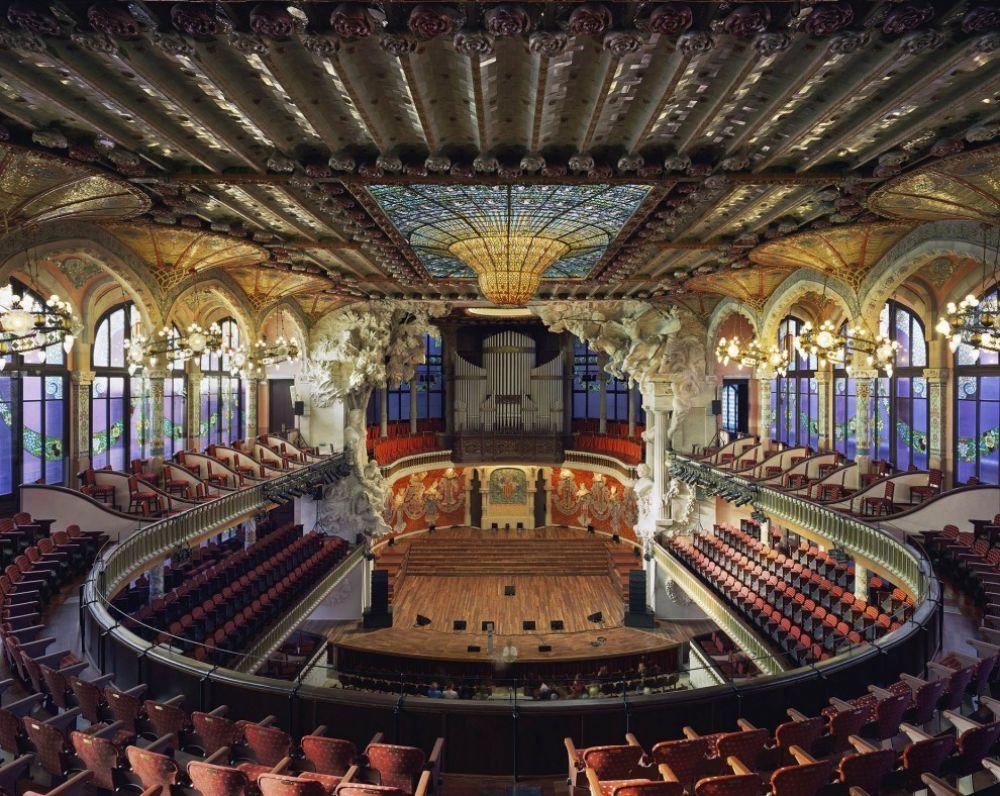Дворец каталонской музыки в испанской Барселоне выглядит и роскошно, и современно