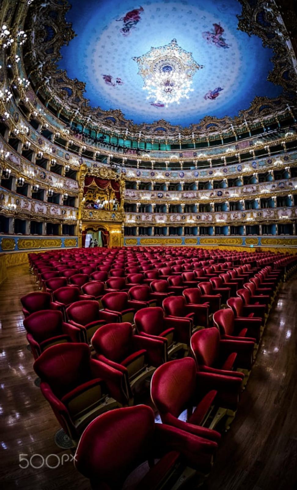 Вместе с Маркграфским театром и Парижской национальной оперой, за звание самого роскошного и престижного театра в мире может побороться еще театр «Ла Фениче», который находится в Венеции