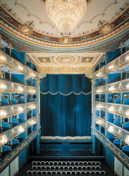 Эти тона просто нечто! Так выглядит внутри Сословный театр в Праге, Чехия