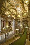 Если в Венской государственной опере вот так выглядит холл с лестницами, то как тогда выглядит интерьер самого зала?