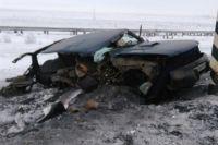 Водитель автомобиля Nissan не справился с управлением и врезался в опору освещения.