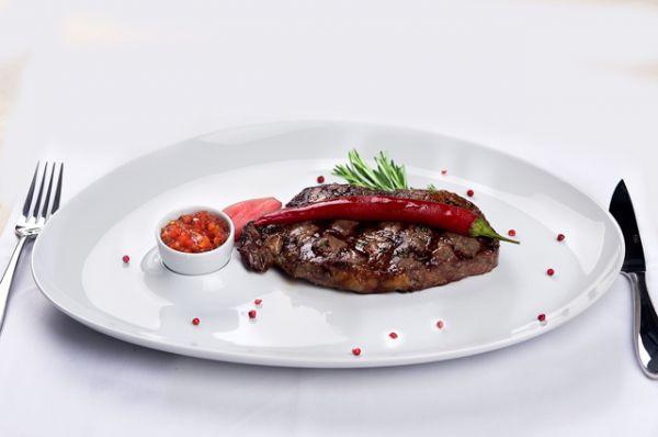 Мясо. Оно долго переваривается, создает ощущение тяжести в желудке, что не дает заснуть или чревато проблемами в течение ночи.