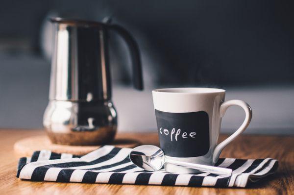Кофе. Всем известный бодрящий напиток нельзя пить за несколько часов до сна.