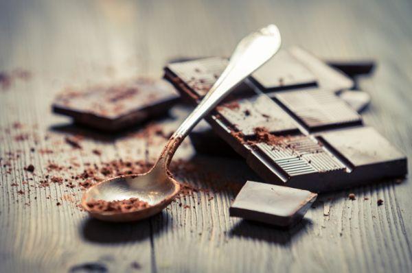 Шоколад. Содержит кофеин. Чтобы прогнать сон и проснуться, достаточно пары квадратиков темного шоколада.