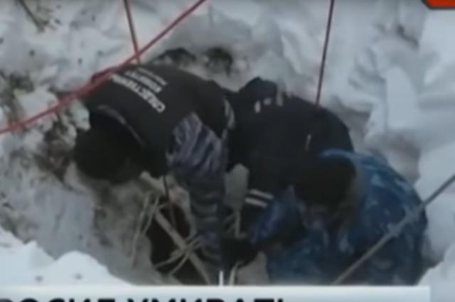 Специалисты поднимают тело девочки из штрека.
