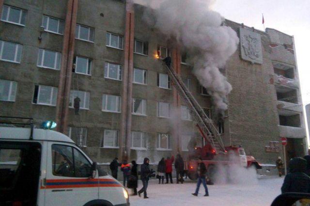 Пожарные эвакуировали людей через окна с помощью автолестниц и строительных подъемников.