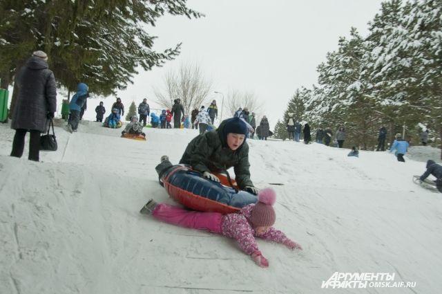 С горы с удовольствием катаются не только дети, но и взрослые.