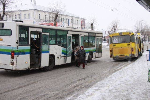 ВКрасноярске шофёр автобуса впроцессе движения обеими руками играл втелефон