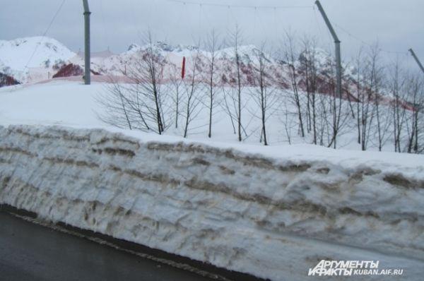 «Слоеный пирог» из убранного снега на обочинах.